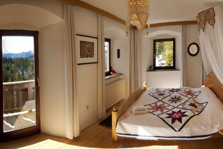 beautiful room with many windows and double bed decorated alpen retreat