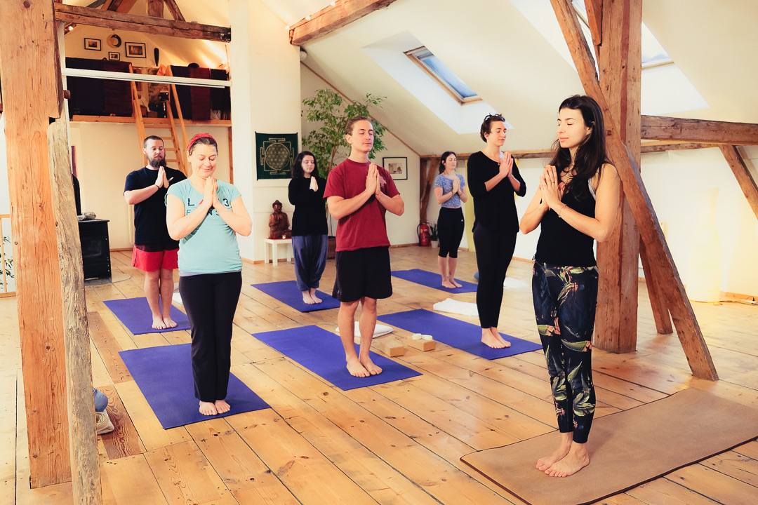 yoga class in alpen retreat with breathe beyond felicia hayden